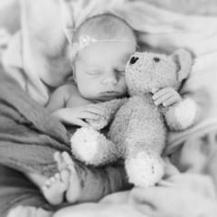 Neugeborenes hält Teddy