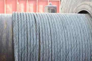 Altes Stahlseil auf Rolle
