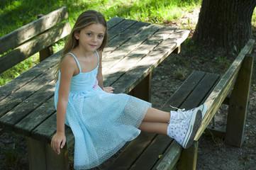 Bambina seduta all'aperto