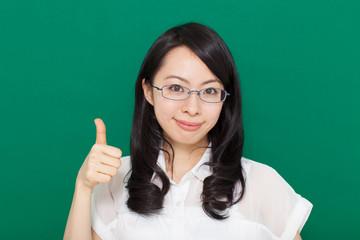 親指を立てるジェスチャーをする女性