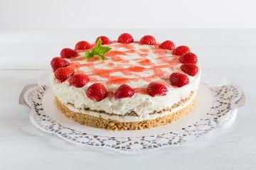 Torte Erdbeer Frischkäse auf weißem Holz