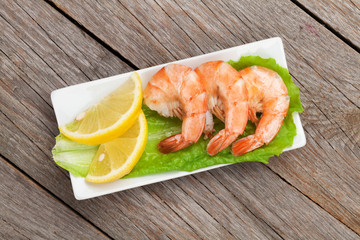 Cooked shrimps with lemon