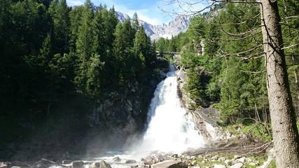 Cascata tra i boschi nelle Alpi