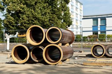 Kanalbau - Grosse Rohre aus Ton liegen am Strassenrand