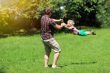 vater und kind beim spielen