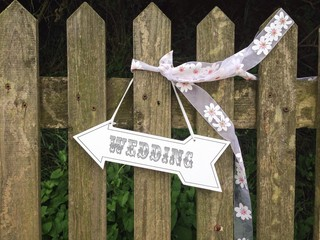 Pretty wedding arrow sign
