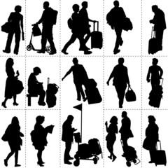 Silhouettes de voyageurs dans une gare