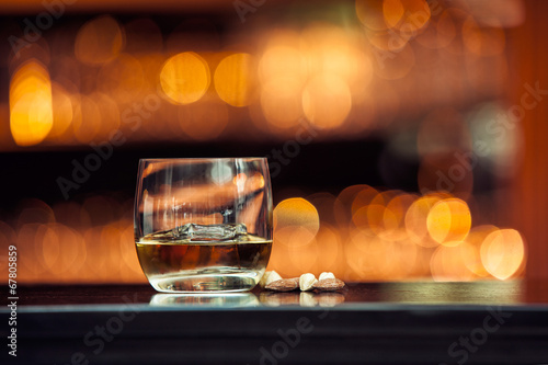 Foto op Plexiglas Alcohol Whiskey on wood bar