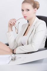 Junge Frau mit Brille im Büro