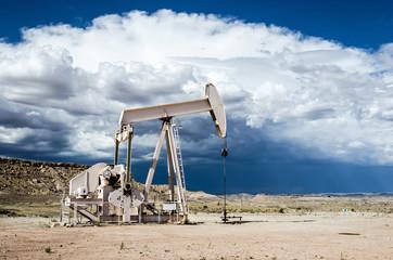 Erdölförderung Gewitterwolken
