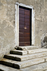 closed wood door   varese italy azzatesumirago sunny