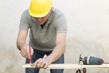 Handwerker arbeitet mit Stichsäge