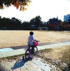 自転車日に乗る子供
