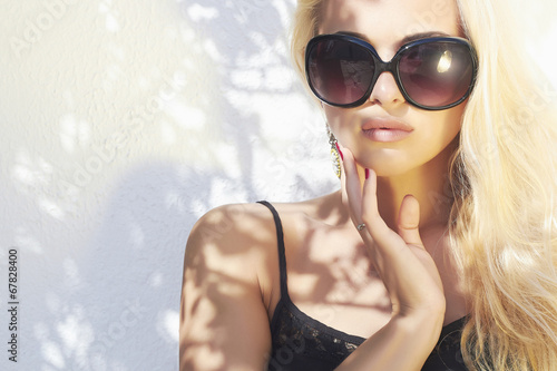 fashion portrait of beautiful woman in sunglasses.Summer style