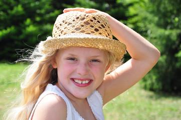 Siebenjähriges fröhliches Mädchen
