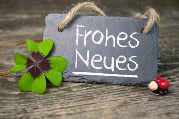 Kreidetafel mit Kleeblatt und Marienkäfer und Frohes Neues