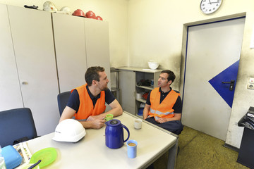 Arbeitspause // Workers take a break and drink coffee