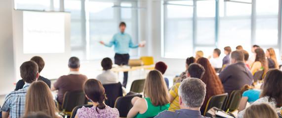 prelegent w konwencji biznesowej i prezentacji.