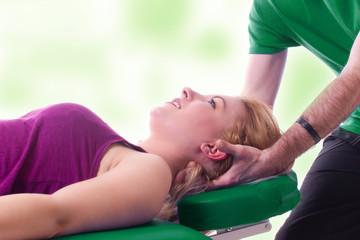 Nackenmassage bei einer Frau