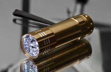 LED Taschenlampe Torch auf spiegelnder Fläche
