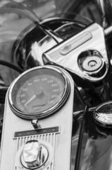 Motorradamaturen, Schwarzweissfoto