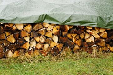 Brennholz trocknet vor Regen geschützt
