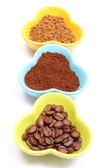 Grains, ground and instant coffee in colorful cups