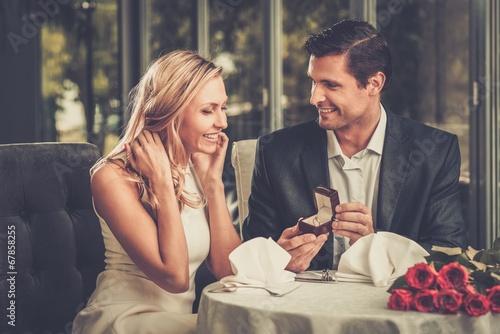 Człowiek, co proponuje, aby jego dziewczyna