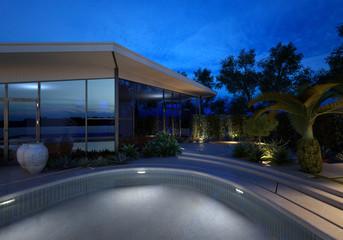 Modernes Luxushaus mit Pool bei Nacht