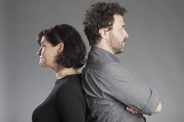 Mann und Frau Rücken an Rücken