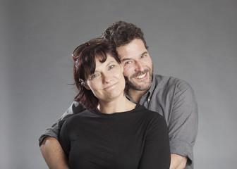 Mann und Frau lächeln umarmend