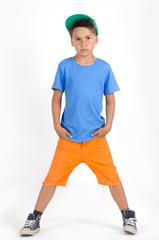 Junge mit T-Shirt und kurzer Hose