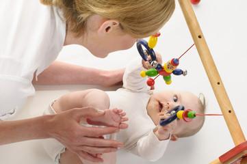 Mutter spielt mit Saeugling
