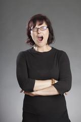 Frau mit Brille, gähnt