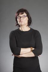Frau mit Brille, skeptisch