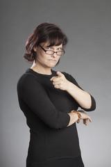 Frau mit Brille verärgert