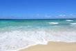 美しい砂浜に打ち寄せる白い波