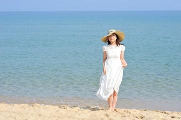 日本のビーチと白いドレスの女性