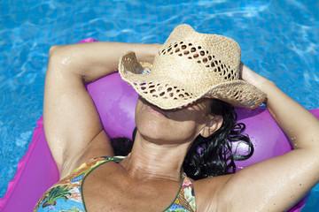 Mujer con sombrero de paja