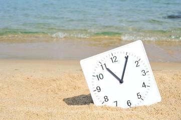 夏のビーチとアナログ時計