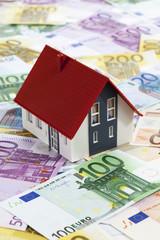 Modelhaus auf Euroscheinen