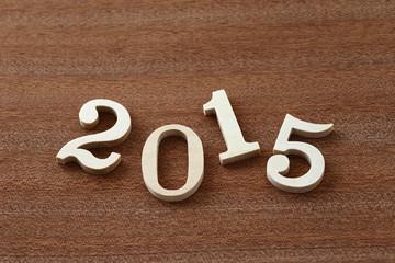 2015 茶色の板と木の数字