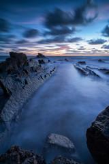 tramonto all'ora blu sul mare