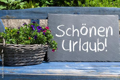 Blaue Holzbank mit Kreidetafel und Schönen Urlaub - 67887485