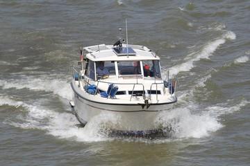 Motorboot auf dem Rhein