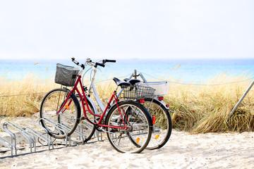 Zwei Fahrräder auf einer Graudüne