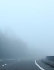 Landstraße einsam im Nebel