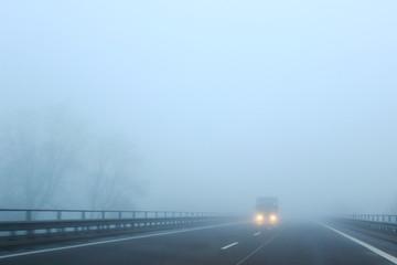 Fahrzeug im Nebel
