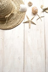 Straw hat with shells