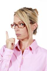 Büroangestellte mit Zeigefinger